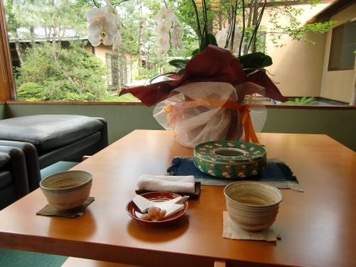 つつじ亭ロビーにて、お茶と花豆