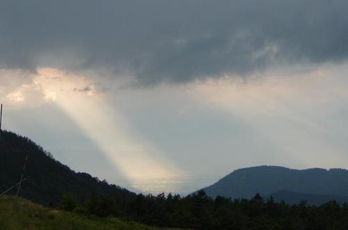 雲間からさす光